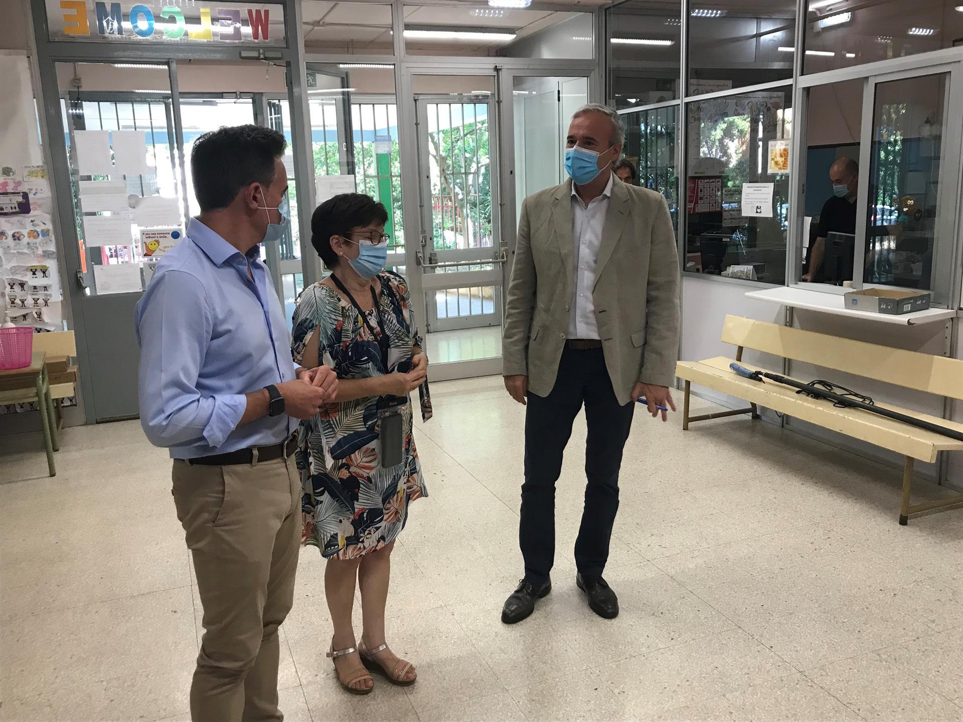 El alcalde de Zaragoza, Jorge Azcón, y el consejero municipal de Urbanismo, Víctor Serrano, visitan el colegio público María Moliner - EUROPA PRESS